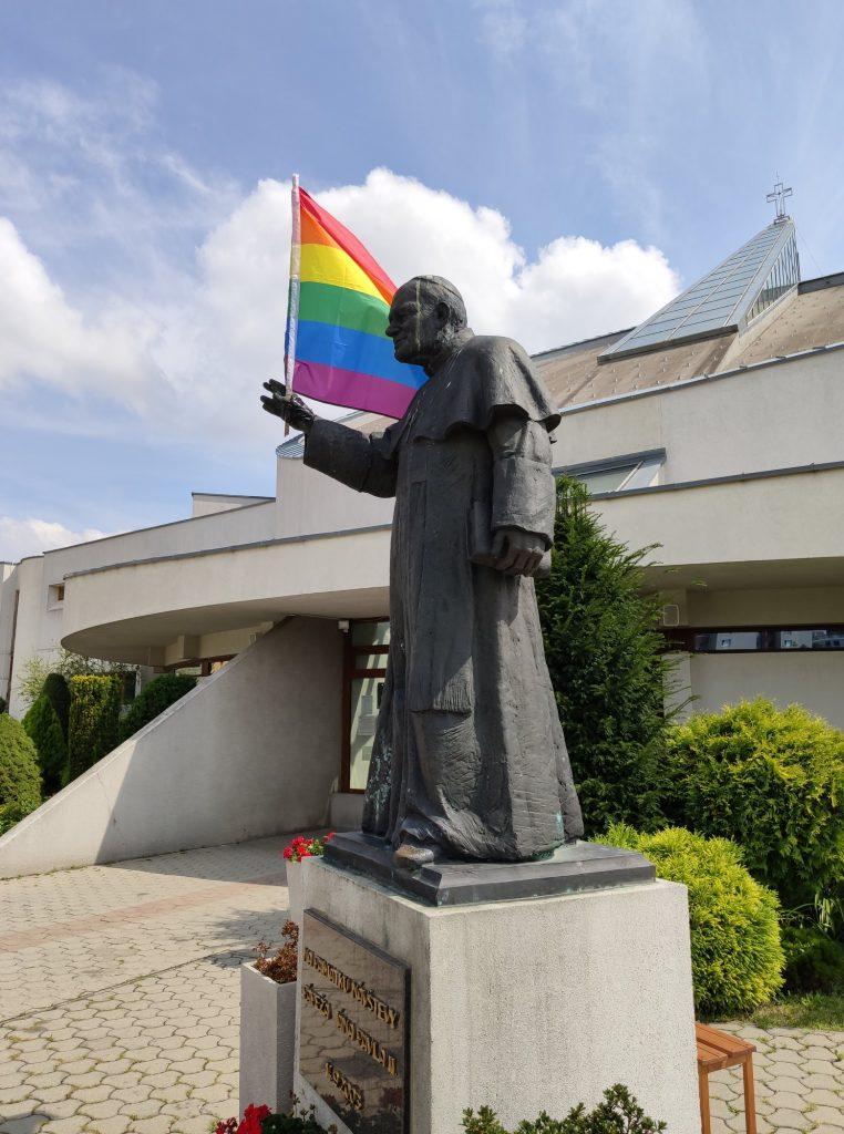 Sodomiti útočia, v Petržalke vyvesili dúhovú vlajku na sochu Jána Pavla II. 12