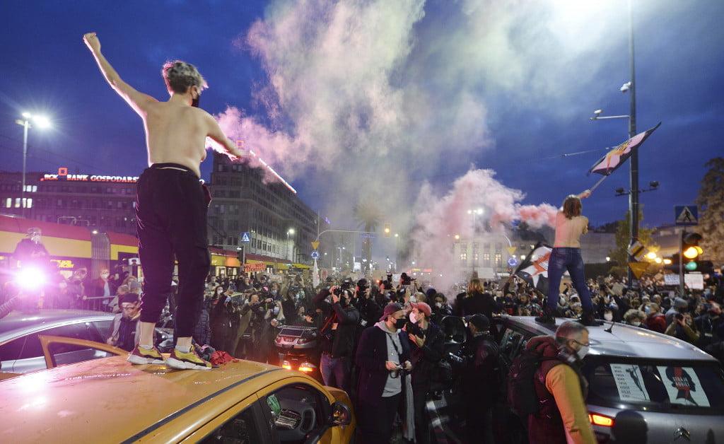 Poľský premiér sa zastal sprísnenia interrupčného zákona a odsúdil masívne protesty 3