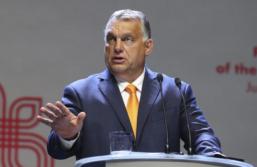 Lesbická kráľovná, rodovo neutrálny jeleň. Pri maďarskej detskej LGBT knižke vraví Orbán o červenej čiare. 9