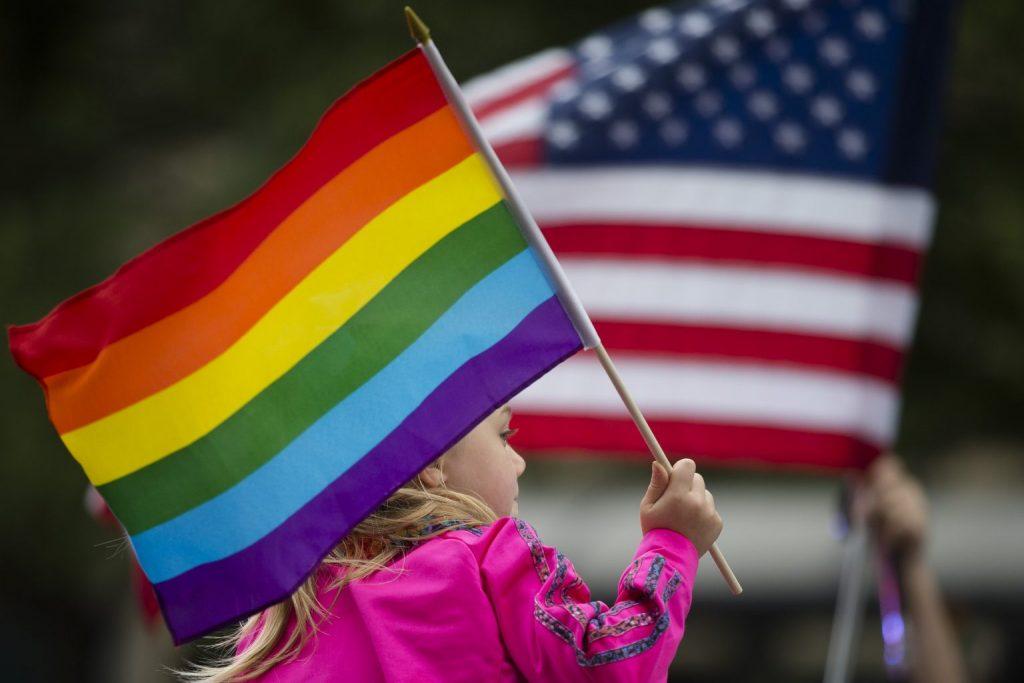 Biden ďalej posilňuje LGBT agendu. Na ambasádach USA už môžu oficiálne viať dúhové vlajky 1