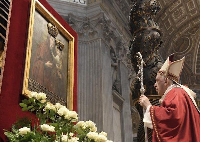 Svätý Otec František sa modlil pred ikonou Bohorodičky z Klokočova 2